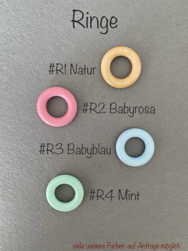 Bunte Ringe handgemacht und personalisiert aus Holz mit Namen für Jungen und Mädchen