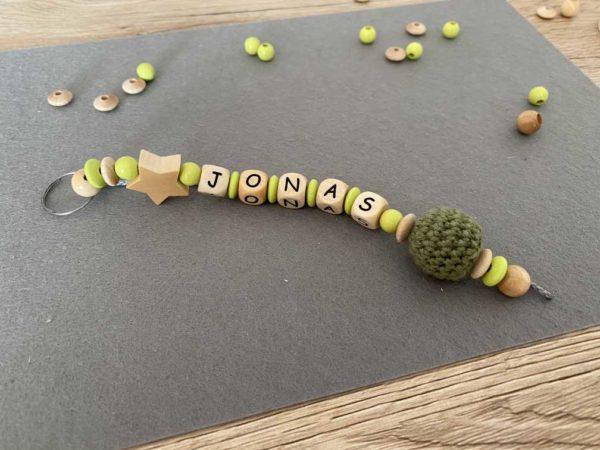 Personalisierte Schluesselanhaenger mit Namen Jonas aus Holz für Kinder handmade in Dresden
