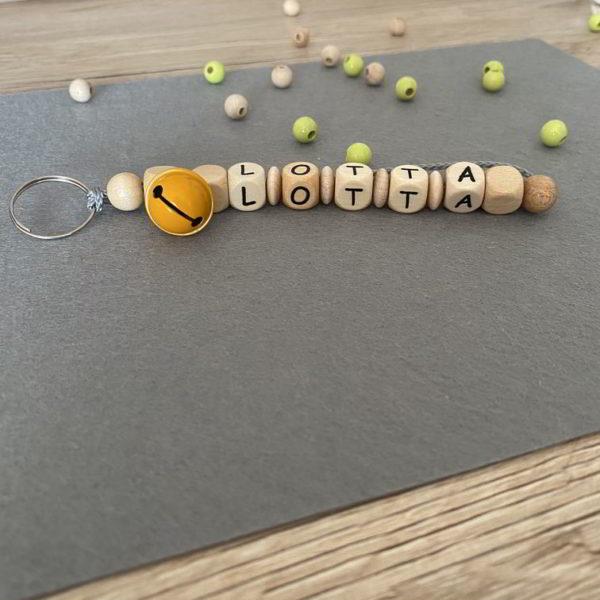 Personalisierte Schluesselanhaenger mit Namen Lotta aus Holz für Kinder handmade in Dresden